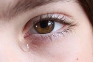 Стоит слеза в глазу у взрослого