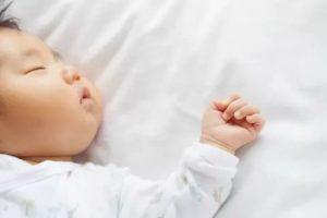 Новорожденный ребенок часто дышит во сне