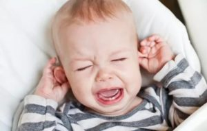 Почему ребенок теребит уши