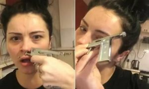 Пирсинг носа пистолетом