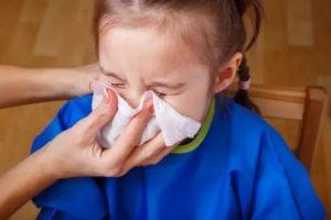 Как правильно высмаркивать нос ребенку