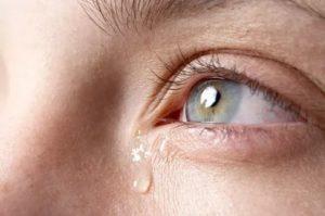 Липкие слезы из глаз почему