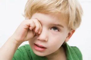 У ребёнка температура и болят глаза