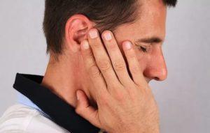 Когда сморкаюсь свистит в ухе