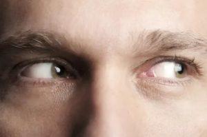 Больно двигать глазами в стороны