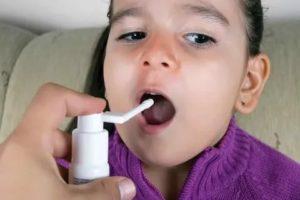 Чем обработать горло ребенку до года
