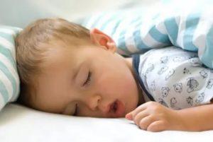 Ребенок вздыхает во сне
